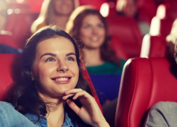 电影制作巨头的重大宣布可能有助于剧院连锁店的复苏